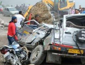 दर्दनाक हादसा:  कावड़ियों से भरे वाहन पर पहाड़ से गिरा मलबा, दो की मौत,कई लोगों के दबे होने की आशंका 4