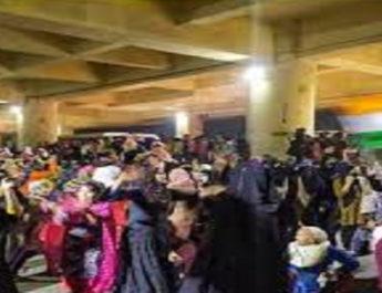CAA-NRC के विरोध में मेट्रो स्टेशन की नीचे बैठीं महिलाएं