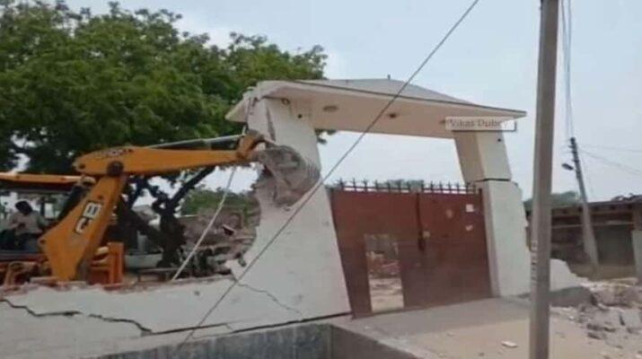 8 पुलिसकर्मियों की हत्या करने वाले विकास दुबे की ही जेसीबी से ढहा दिया गया उसका मकान, चौबेपुर थाने के दरोगा को किया गया बर्खास्त 9