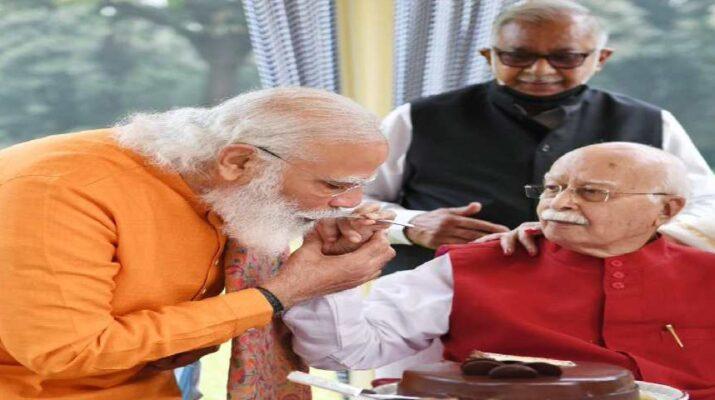 93 साल के हुए आडवाणी, प्रधानमंत्री ने आडवाणी के घर जाकर जन्मदिन की बधाई दी, प्रधानमंत्री ने आडवाणी के पैर छूकर लिया आशीर्वाद 14