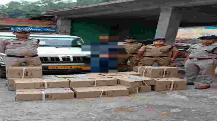 बागेश्वर: कर्फ्यू के दौरान शराब की तस्करी कर रहे एक आरोपी को बागेश्वर पुलिस ने 20 पेटी अंग्रेजी शराब के साथ किया गिरफ्तार 1