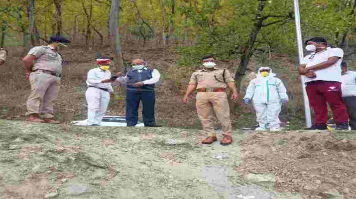 पिथौरागढ: जिलाधाकारी व पुलिस अधीक्षक द्वारा कोरोना संक्रमण में मृतकों के शवों का अन्तिम संस्कार किये जाने की जगह का लिया जायजा 16