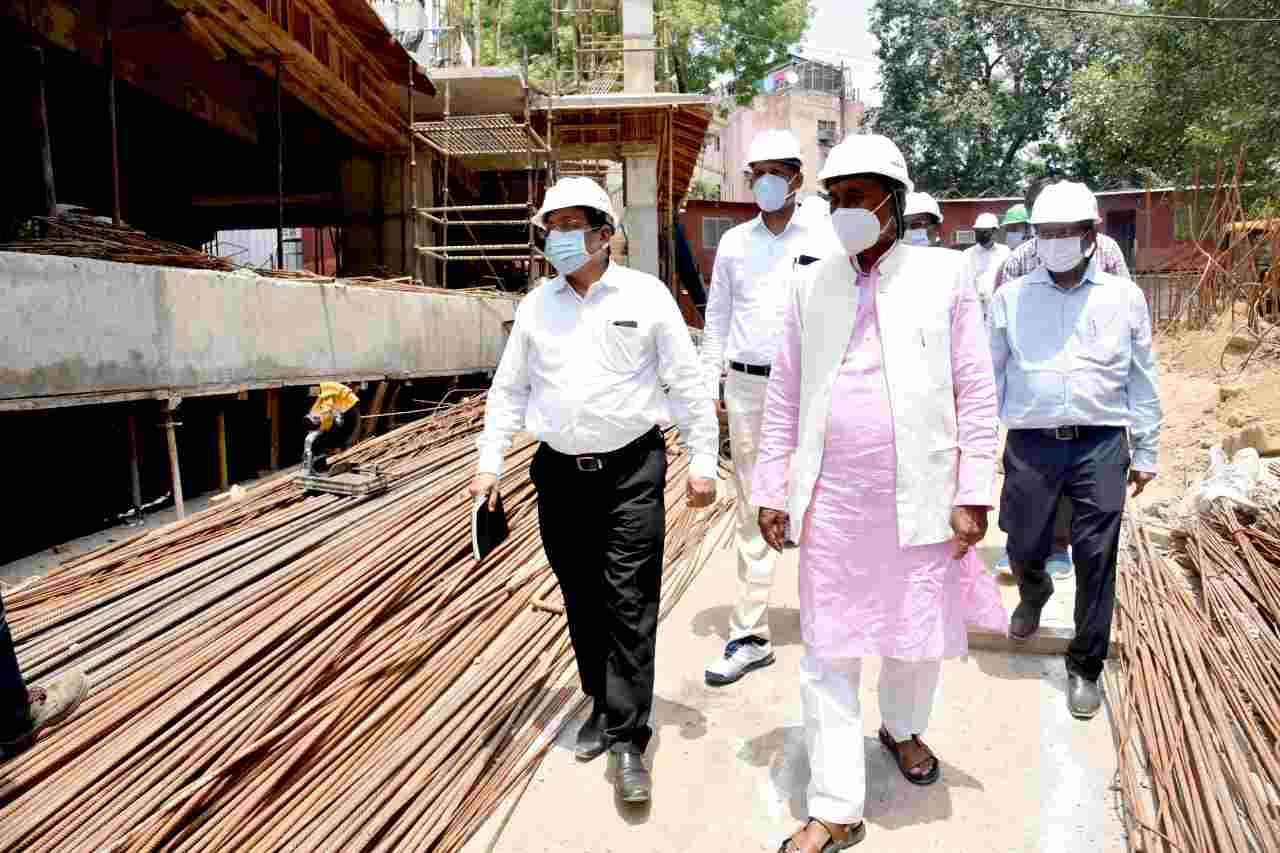 Uttarakhand: पेयजल मंत्री बिशन सिंह चुफाल ने नई दिल्ली में निर्माणाधीन भवन उत्तराखण्ड निवास का किया निरीक्षण, कहा - निर्माण कार्य, गुणवत्ता बनाए रखते हुए तय की गई समय सीमा में पूरा करना सुनिश्चित किया जाए 2