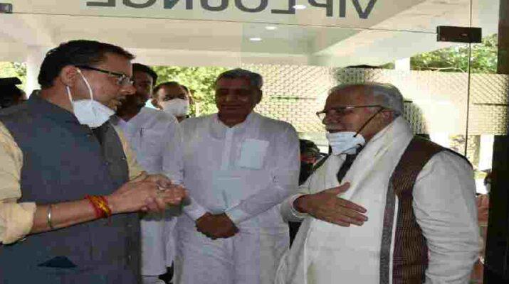 मुख्यमंत्री पुष्कर सिंह धामी ने सहस्त्रधारा हेलीपेड पर हरियाणा के मुख्यमंत्री मनोहर लाल खट्टर से की भेंट, विभिन्न समसामयिक विषयों पर की चर्चा 3