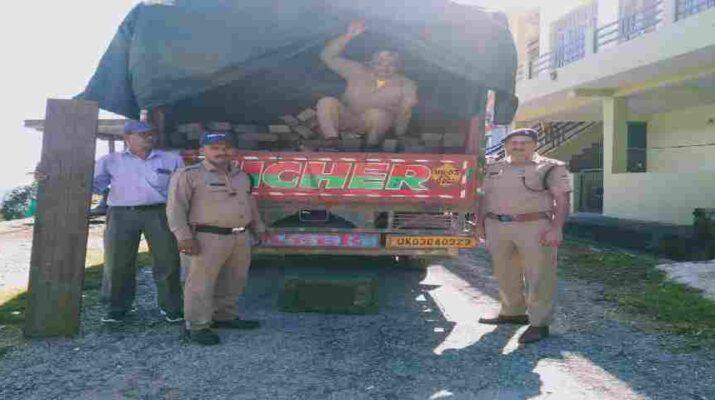 Pithoragarh: डीडीहाट पुलिस ने अवैध चीड़ की लकड़ी के साथ 1 अभियुक्त को किया वन विभाग के सुपुर्द 18