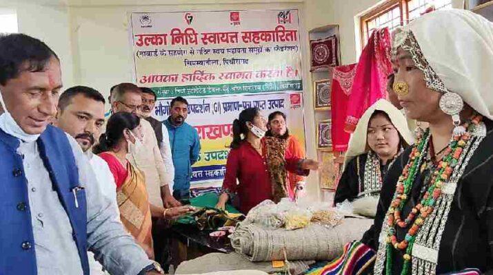 पिथौरागढ़ में हुआ 3 करोड़ 84 लाख रुपये की लागत से निर्मित रूरल हाट का लोकार्पण, प्रदेश में महिलाओं को उद्यम लगाए जाने के लिए मिल रही है विशेष छूट - औद्योगिक विकास ग्रामोद्योग मंत्री गणेश जोशी 3