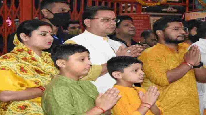 Dehradun: मुख्यमंत्री पुष्कर सिंह धामी ने महानवमी के अवसर पर सपरिवार डाट काली मन्दिर में सांयकालीन आरती में किया प्रतिभाग, प्रदेश की सुख समृद्धि की कामना 14